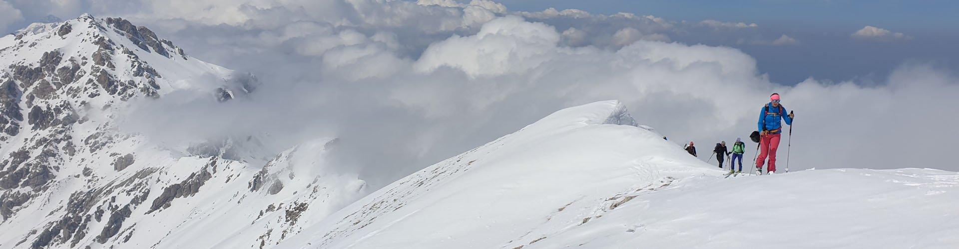 aus den Wolken auftauchen